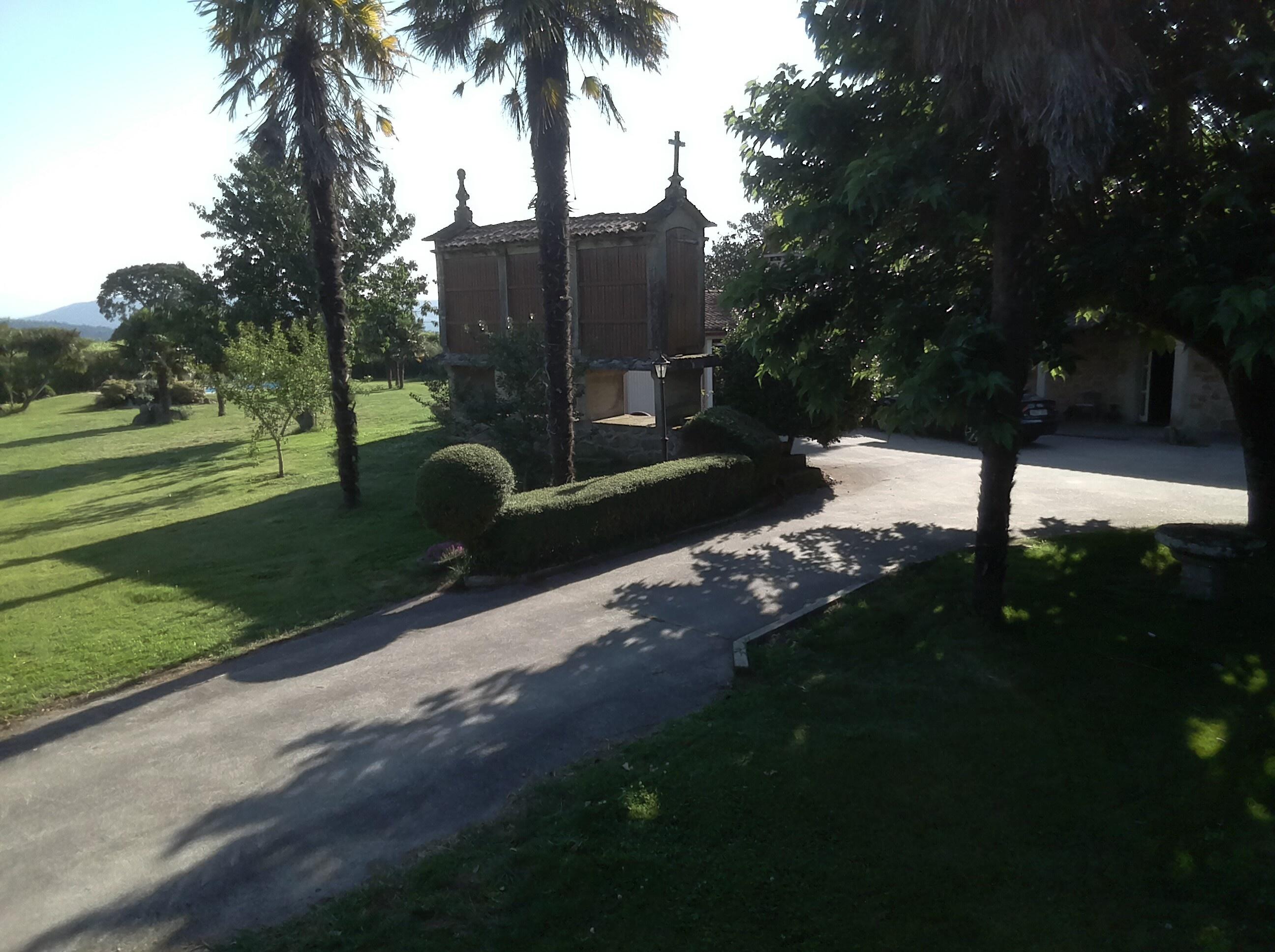 pista entrada a la casa dentro de la propiedad