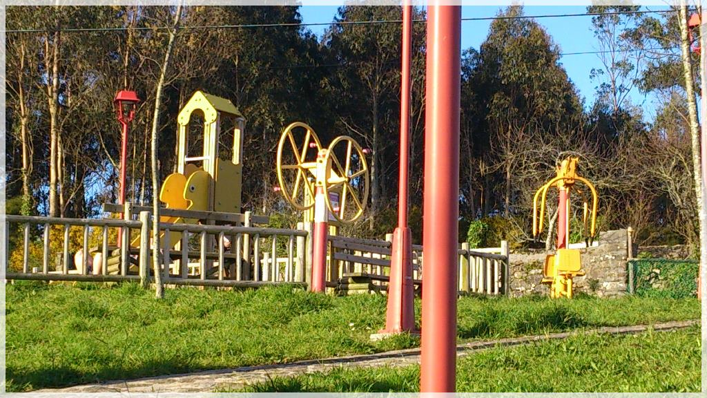Parque infantil andando desde la casa