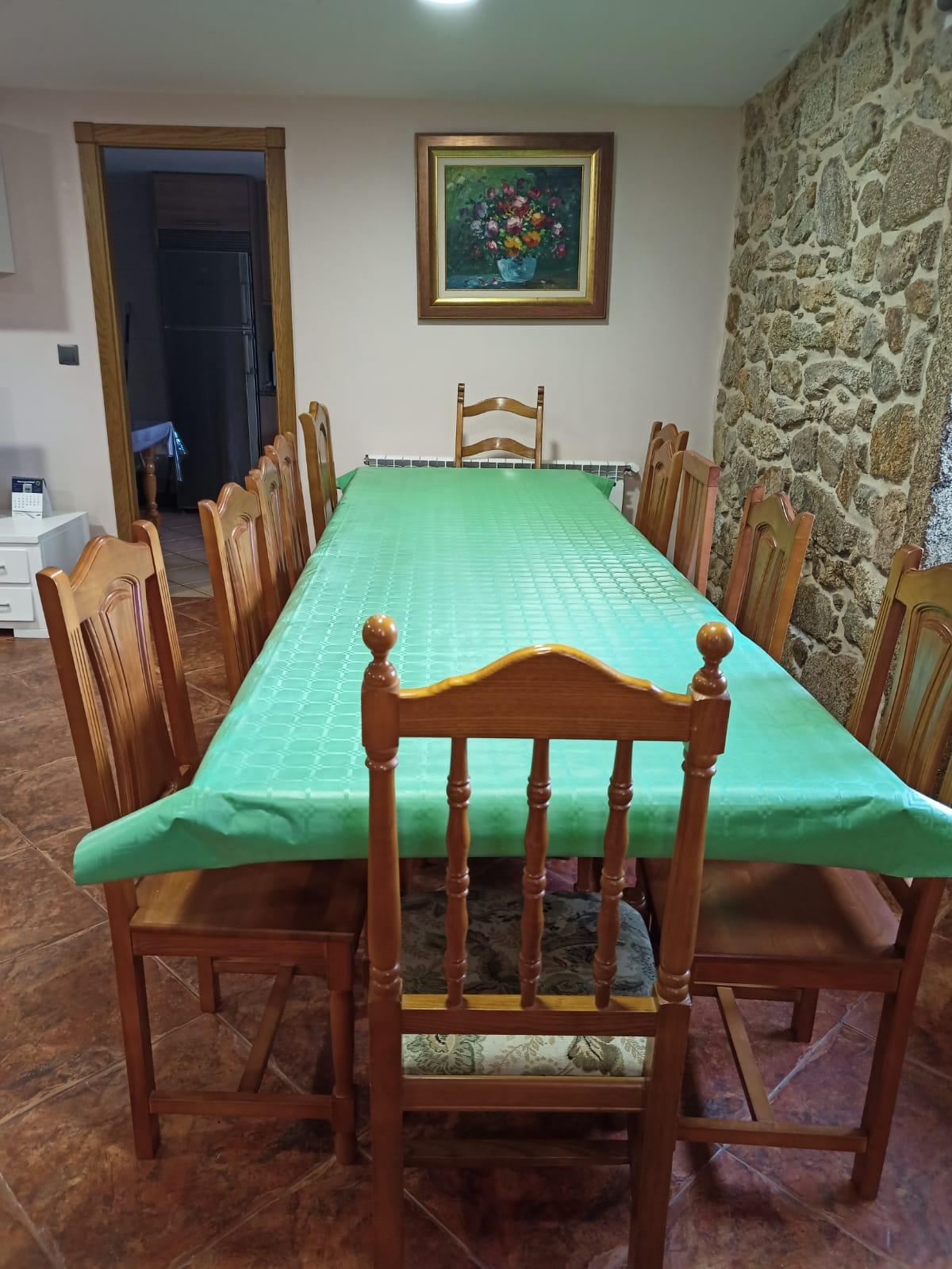 mesa enorme para muchos comensales