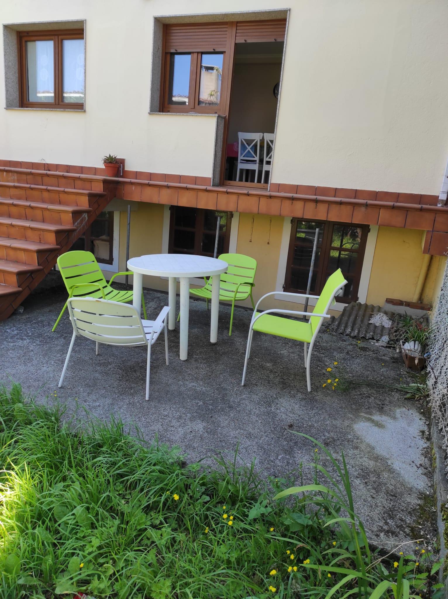 mesa sillas y barbacoa