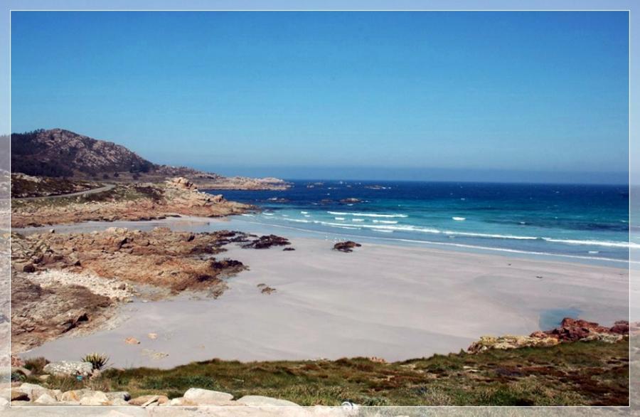Playa principal del pueblo Arou