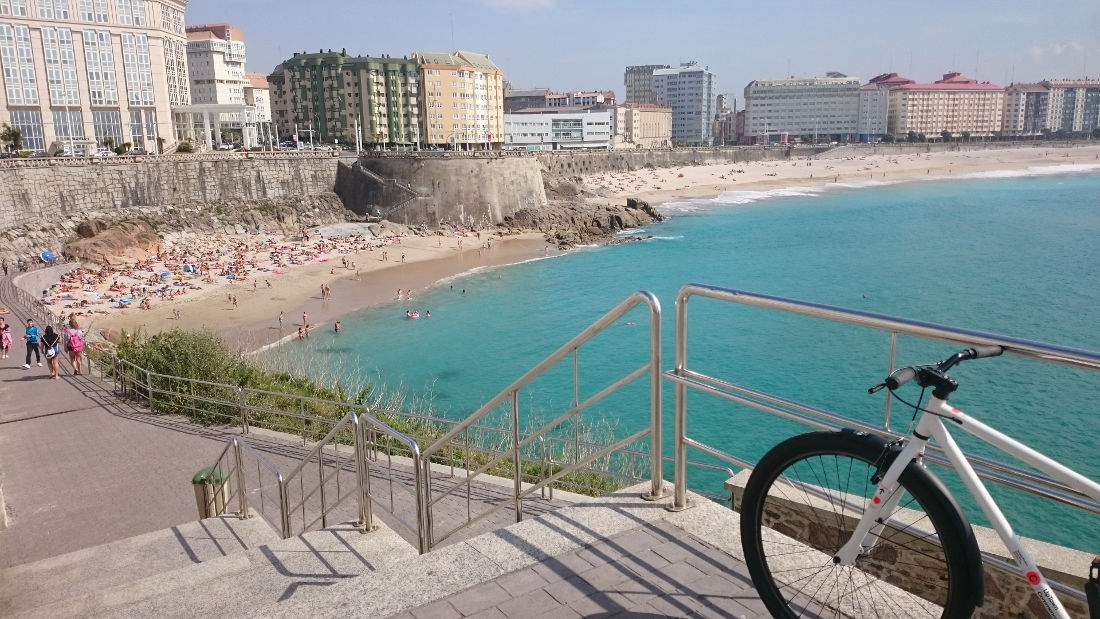 Vistas playa de Riazor. Acceso en bicicleta.