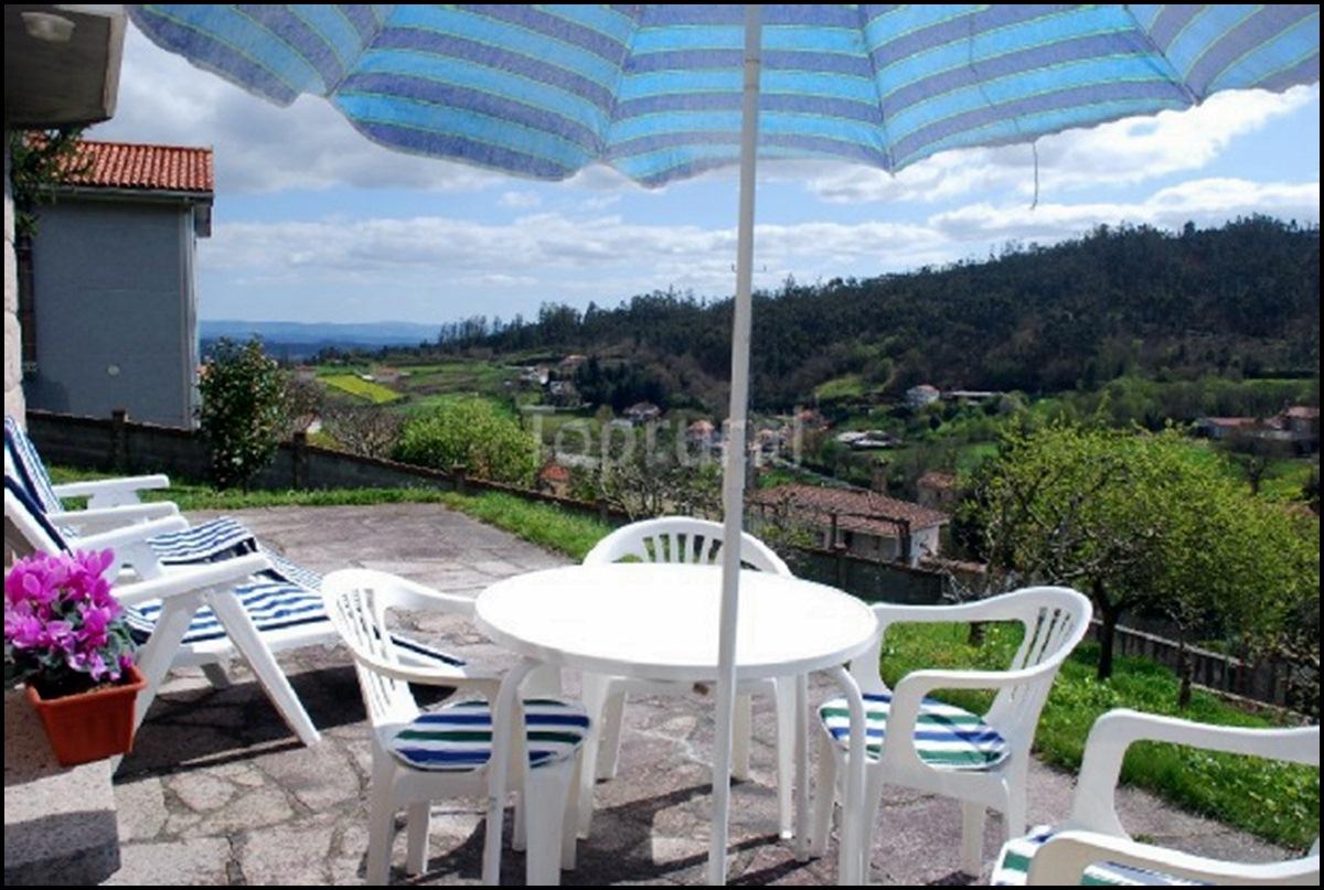 Terraza en jardín. Naturaleza en Galicia