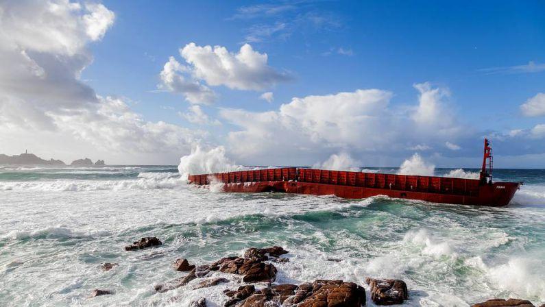 El fuerte oleaje arrastra y rompe Gabarra en playa de Reira - Camariñas
